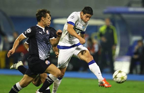 El jugador del Porto James Rodríguez (d) disputa el balón con Josip Pivaric (i) del Dinamo Zagreb durante un partido de la Liga de Campeones de la Uefa, en Zagreb (Croacia). Porto ganó 2-0.