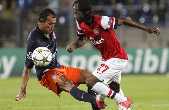 El jugador del Arsenal Gervinho (d) disputa el balón con Hilton (i) del Montpellier en un partido de la Liga de Campeones, en Montpellier (Francia). Arsenal ganó 2-1.