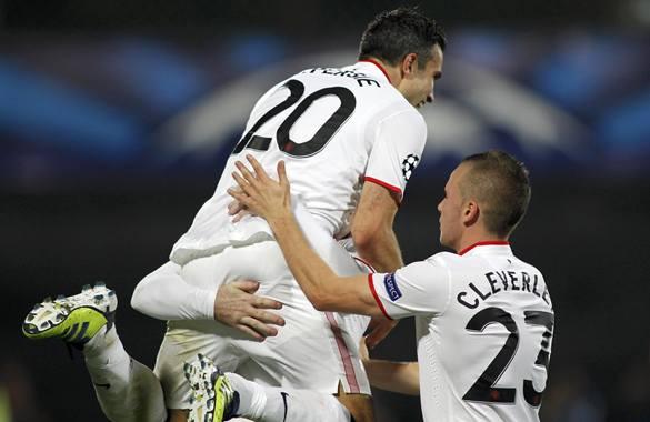 Jugadores del Manchester United festejan uno de los goles con los que se llevaron tres puntos de territorio rumano.