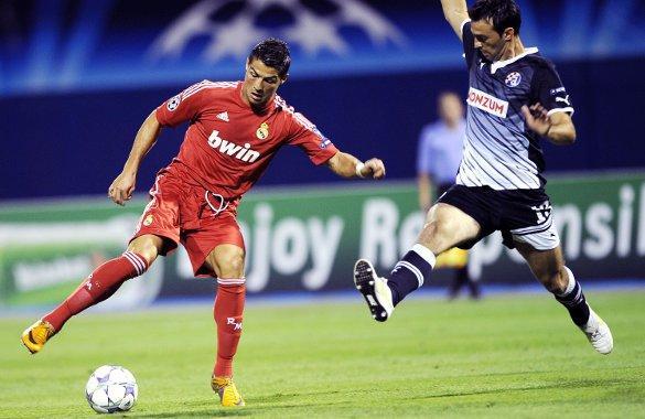Real Madrid jugó de rojo frente al Dinamo. En la acción, Cristiano Ronaldo (izq.), figura madridista.