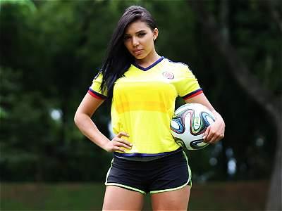 Cinco modelos con la camiseta de Colombia