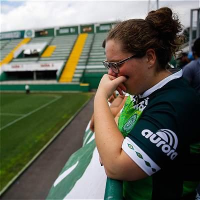 Hinchas de Chapecoense rinden homenaje a su equipo