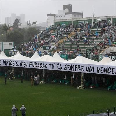 Chapecoense cambió su escudo en honor a las víctimas de la tragedia