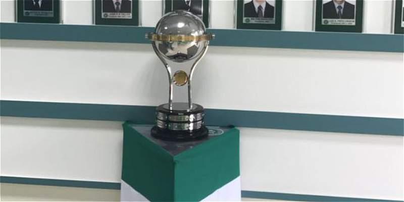 Así luce Chapecoense el trofeo de Suramericana que le entregó Santa Fe