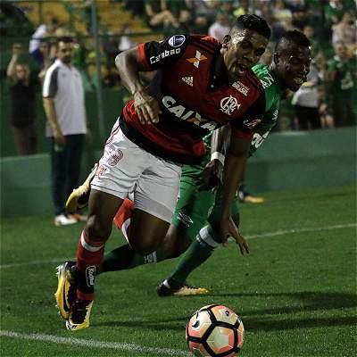 Con Berrío y Cuellar, Flamengo empató 0-0 en su visita a Chapecoense
