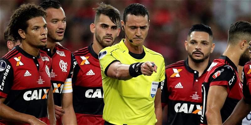 Críticas al árbitro Wilmar Roldán por el uso del VAR en Sudamericana