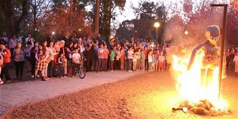 Uruguayos enojados por expulsión de Cavani quemaron un \'Judas\' de Jara