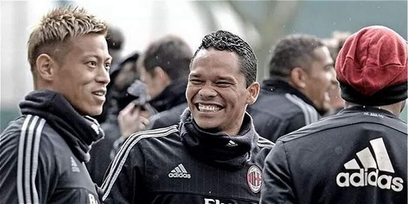 Carlos Bacca lideró el saludo de cumpleaños al presidente del Milan