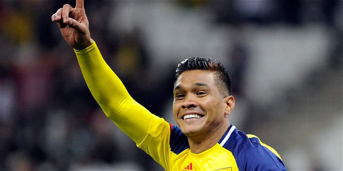 'Teo' compartió con Piqué y le regaló una camiseta de Colombia