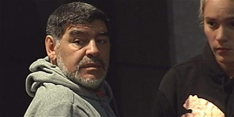 Maradona sigue en problemas: la policía fue a su hotel por escándalo