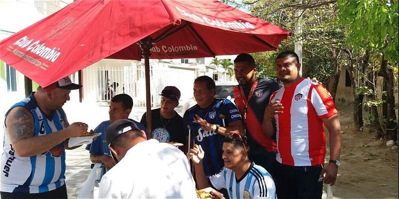 Hinchas de Junior y Tucumán