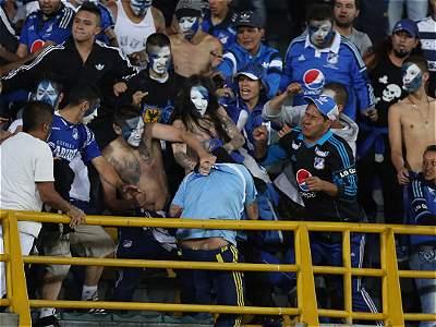 Pelea hinchas Millonarios (GALERIA)