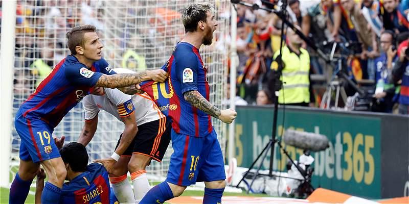 Neymar y Paco Alcácer, agredidos por los aficionados del Valencia