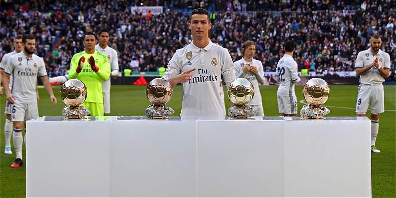 Cristiano dedicó Balón de Oro a la afición y rodeado de leyendas