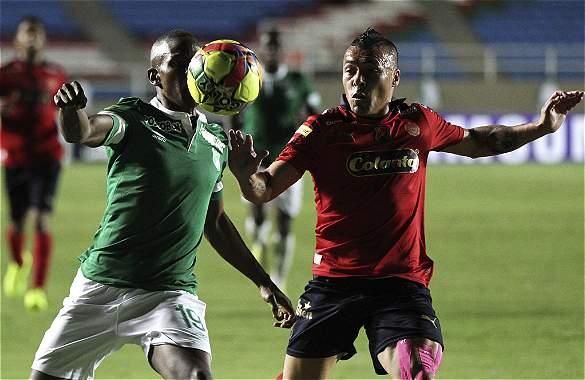 Yerson Candelo (19) disputa un balón con Vladimir Marín durante el encuentro el estadio Pascual Guerrero.