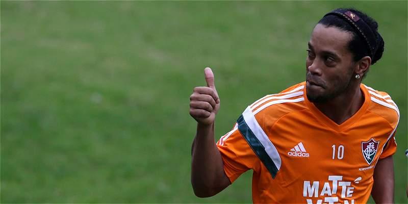 Ronaldinho fue ovacionado en su primer entrenamiento con el Fluminense