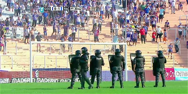 Líos en el fútbol argentino: hinchas lanzaron piedras a la cancha