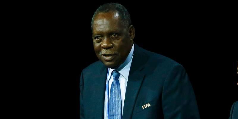 Camerunés Issa Hayatou fue nombrado presidente interino de la Fifa