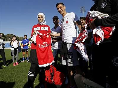 Özil compartió con jugadoras de Jordania/GALERÍA