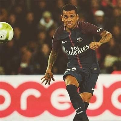 Alves se cansó de polémica con Cavani y Neymar y le respondió a Forlán