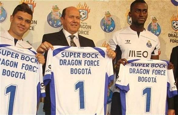 Juan Fernando Quintero y Jackson Martínez lucieron la camiseta de 'Dragon Force', la escuela de fútbol en Bogotá.