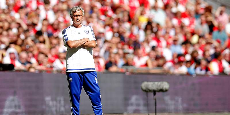Mourinho no quiso la medalla de subcampeón y la lanzó a un hincha