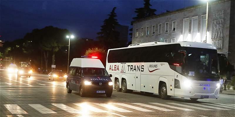 Tensión previo al duelo Albania vs. Serbia: apedreado el bus visitante