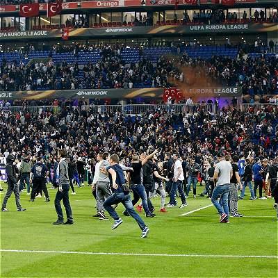 Pelea entre hinchas retrasó el Lyon vs. Besiktas por Europa League