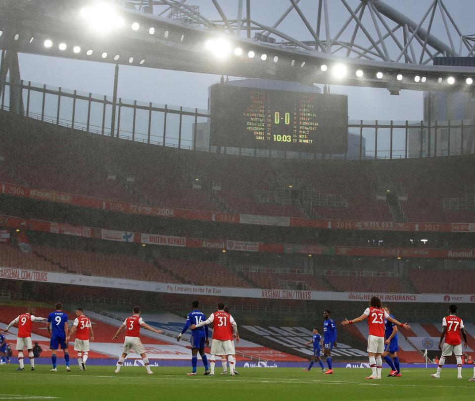 ¡Duró dos minutos en cancha! Criminal patada de un jugador del Arsenal 2