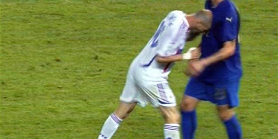 Uno de los hechos que marcó el retiro de Zidane como jugador fue este cabezazo que le propinó a Marco Materazzi en la final del Mundial de Alemania.
