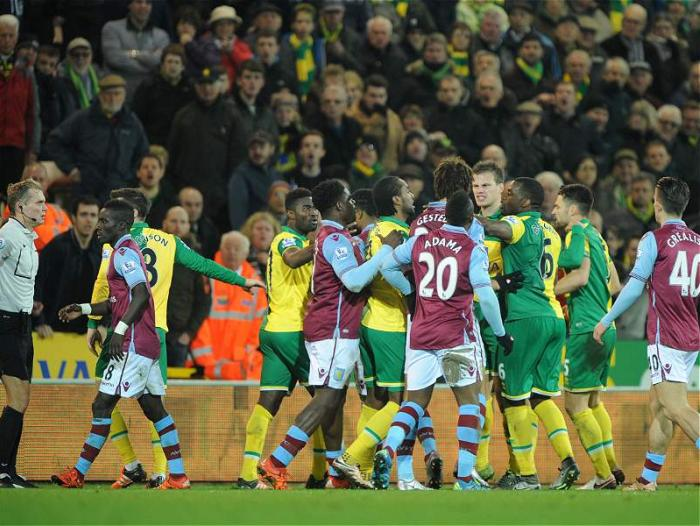 Altercado entre los jugadores de Norwich City y Aston Villa.
