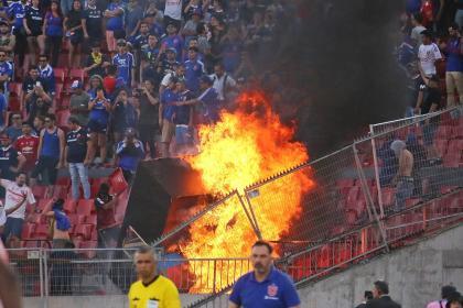 Duelo de Libertadores se jugó mientras hinchas incendiaron la tribuna