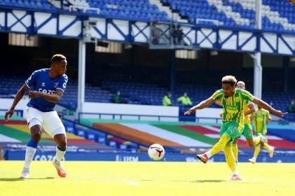 La regaló: mala entrega de James que causó un gol rival en Everton