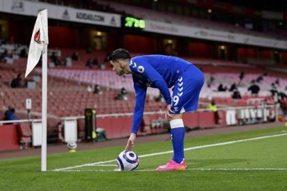Una buena y una mala: Everton aclaró la situación de James y Mina